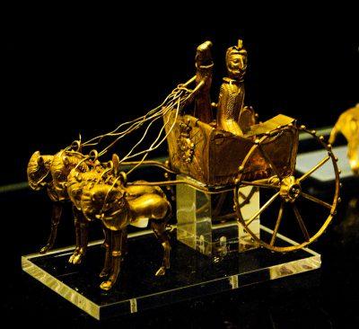 златен модел на колесница от Окс
